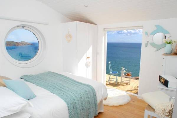320-sq-ft-tiny-beach-cottage-vacation-in-cornwall-09