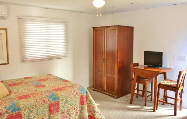 364-sq-ft-tiny-blue-star-cottage-008