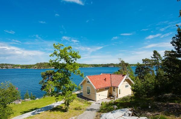 538-sq-ft-cottage-in-sweden-kalvsvik-lake-house-0012