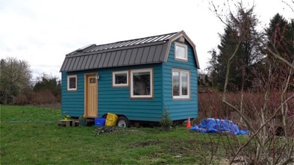 Couple's %22Blueberry%22 Tiny House on Wheels 001