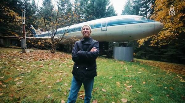 Man Living in a 727 Jet Airplane 01