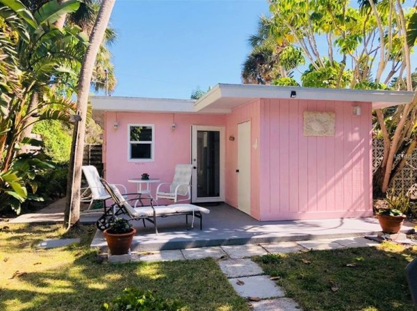 Tiny Beach Cottage in Florida 001