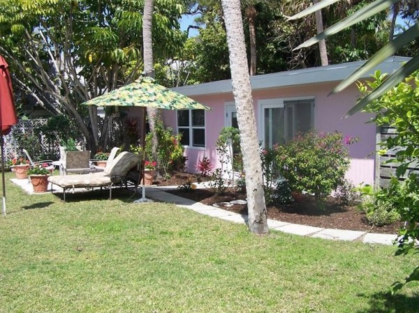 Tiny Beach Cottage in Florida 002