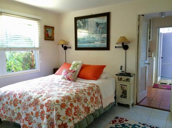 Tiny Beach Cottage in Florida 004