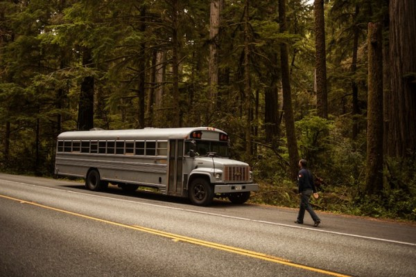 arch-student-turns-old-school-bus-to-modern-mobile-home-001
