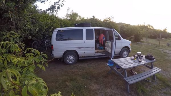 couple-living-tiny-traveling-in-motorhome-005