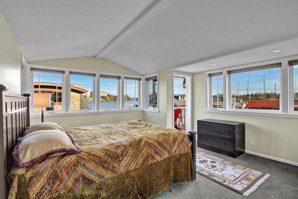 craftsman-style-portage-bay-float-house-master-bedroom1-via-smallhousebliss (1)
