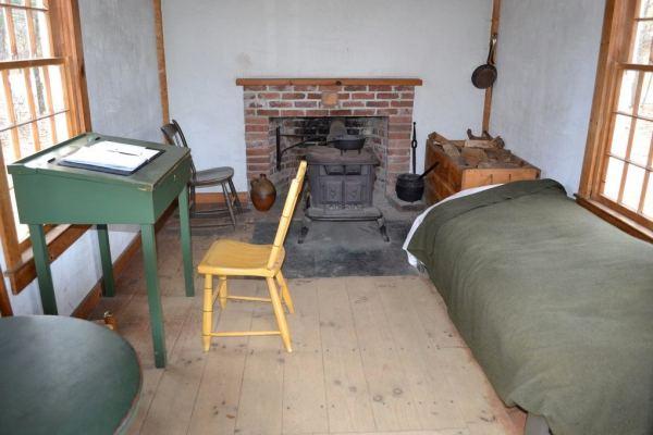 henry-david-thoreau-tiny-cabin-interior-2