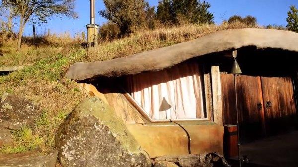 hobbit-like-cave-home-built-in-hillside-005