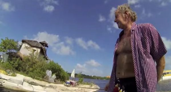 man-builds-diy-floating-island-made-of-trash-001