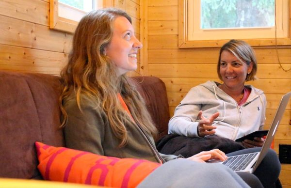 mother-daughter-live-in-tiny-house-for-3-days-and-survive-02