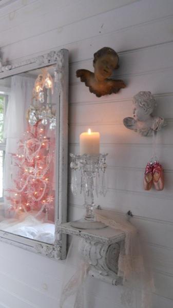 Tonita's Pink Christmas Tiny House (12)
