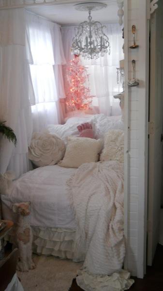 Tonita's Pink Christmas Tiny House (15)