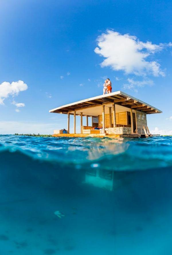 underwater-tiny-floating-cabin-manta-resort
