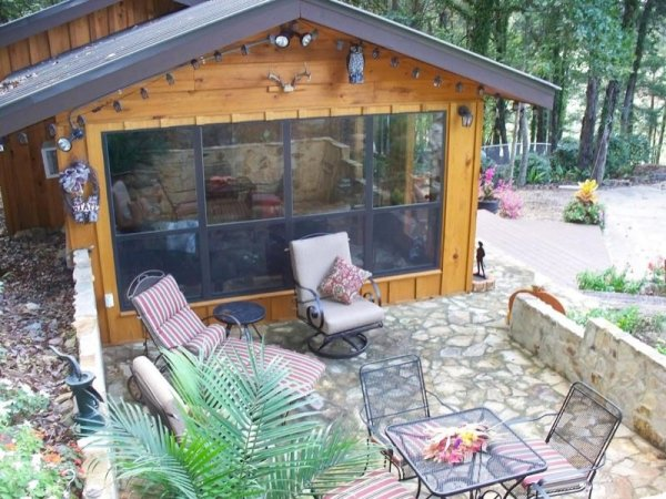 villa-big-retired-army-generals-tiny-cabin-office-get-away-002