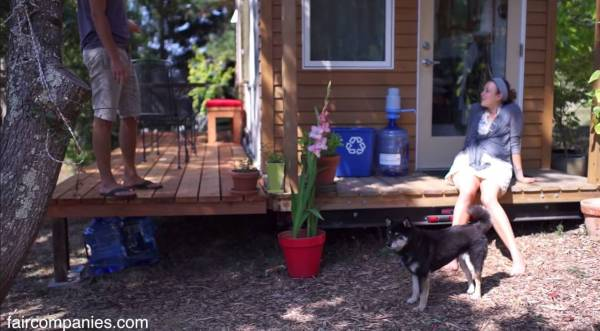 young-couple-living-and-working-in-a-tiny-house-02