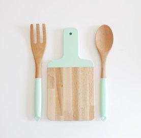planche à découpé en bois cuillère et fourchette en bois