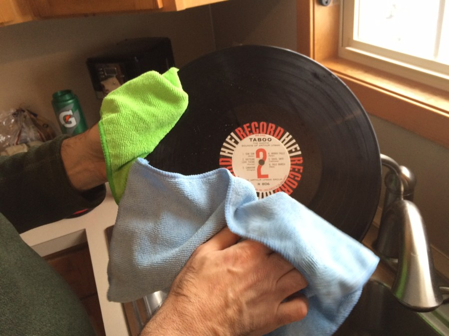 clean your vinyl record by hands