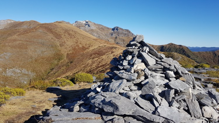 The big cairn with Mount Arthur in the distance