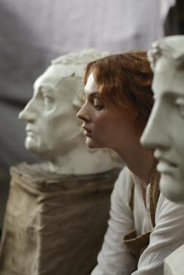לייפסטייל - אתר - אישה עם פסלים - אמנות