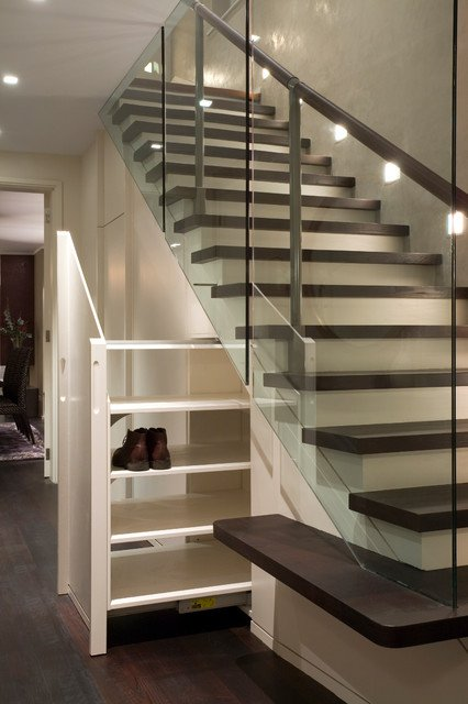 rak sepatu di bawah tangga interior