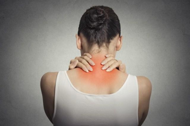 Image de femme tenant le cou dans la douleur