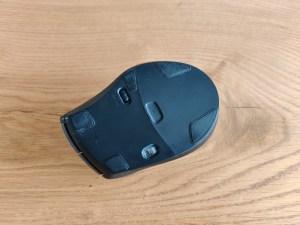 Logitech M705 im Test Unterseite mit Schalter und AA Batterie Fach