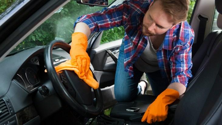 車内掃除を業者に頼んだ場合の清掃の流れは?掃除方法も解説
