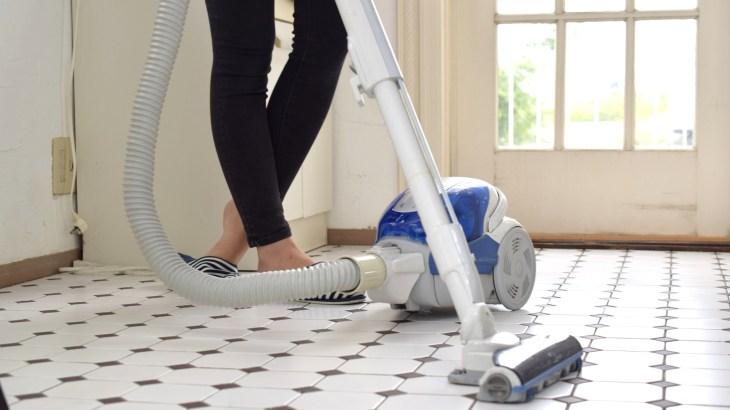 一人暮らしの部屋向け、掃除機をすっきり収納する方法