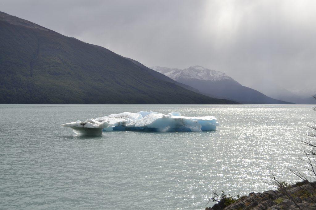 Pezzi di ghiaccio del Perito Moreno nel lago Argentino a El Calafate nella Patagonia argentina