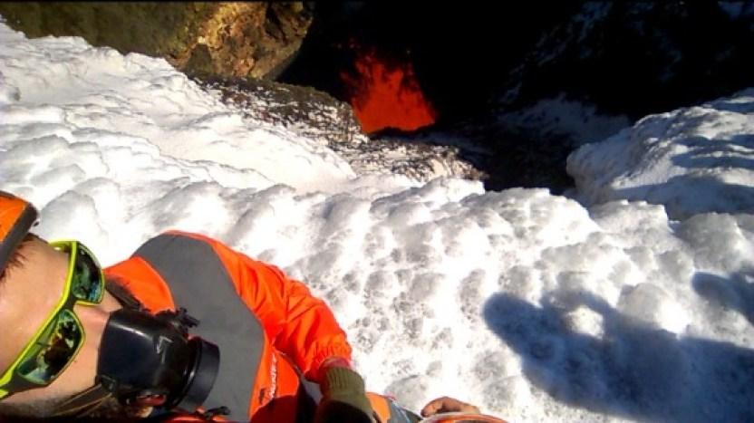 Lava nel cratere del Vulcano Villarrica di Pucon in Cile sulla neve fresca