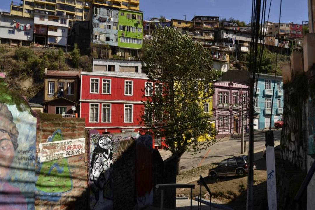 Vie di Valparaiso in Cile piene di case colorate