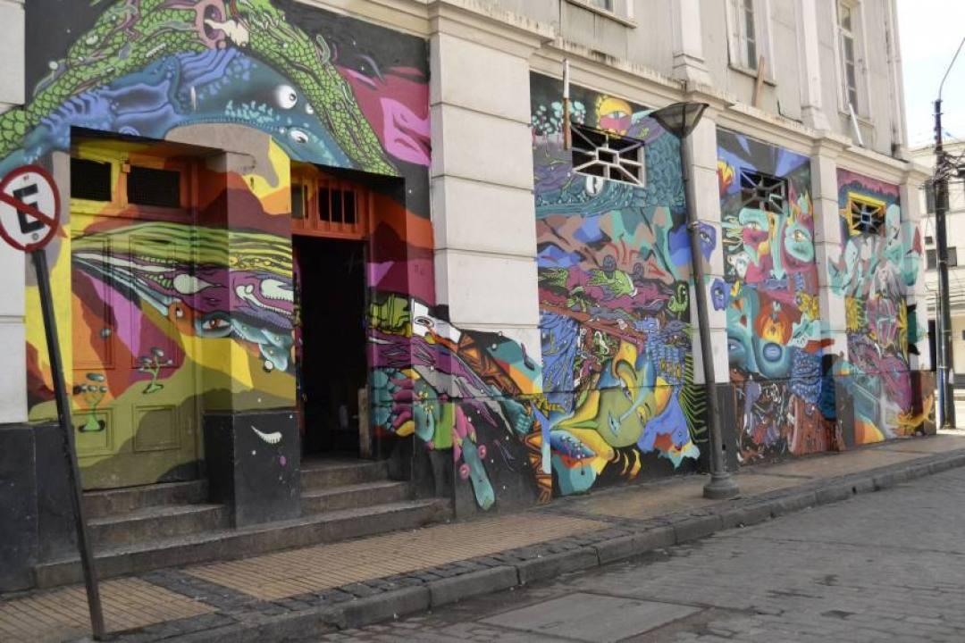 Murales sparsi per le vie del centro di Valparaiso in Cile