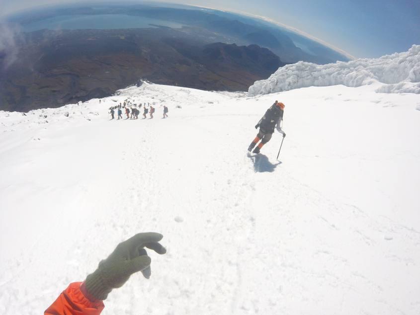Discesa dal Vulcano Villarrica di Pucon in Cile sulla neve fresca