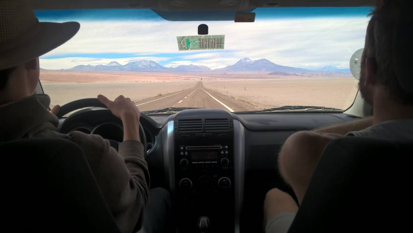 Paesaggi e strade del deserto di Atacama in Cile viste dalla macchina