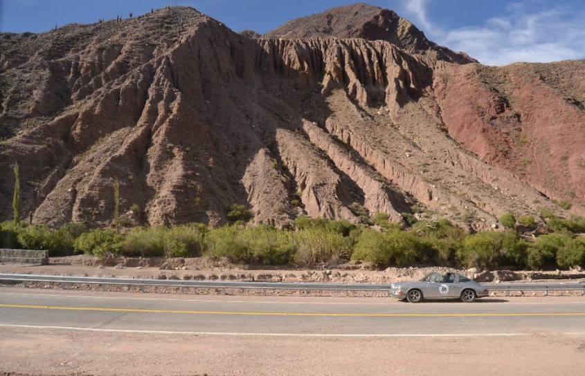 Raduno di auto d'epoca sulla strada da San Pedro di Atacama a Salta in Argentina