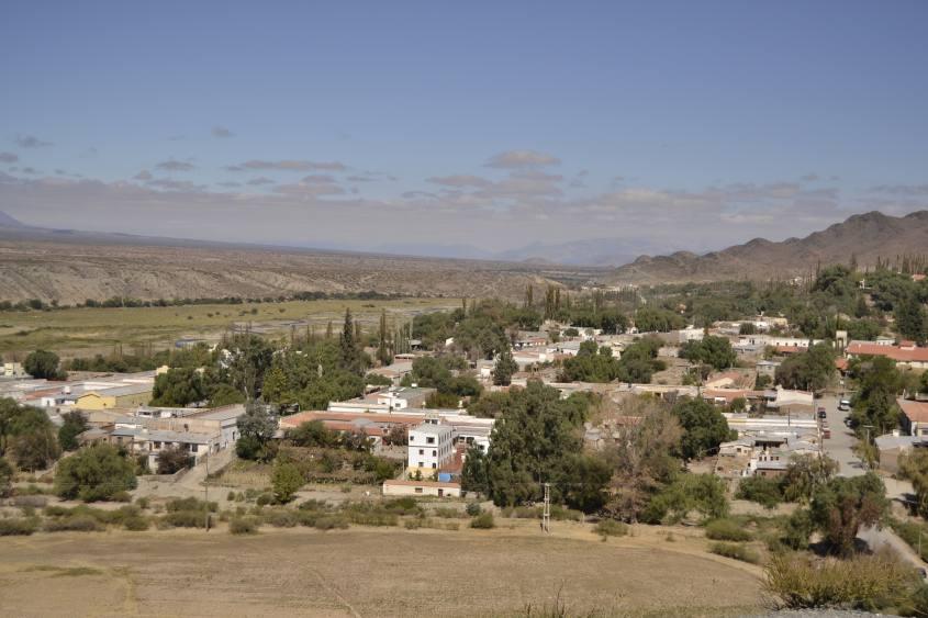 Vista dall'alto (dal cimitero) del paesino di Cachi in Argentina