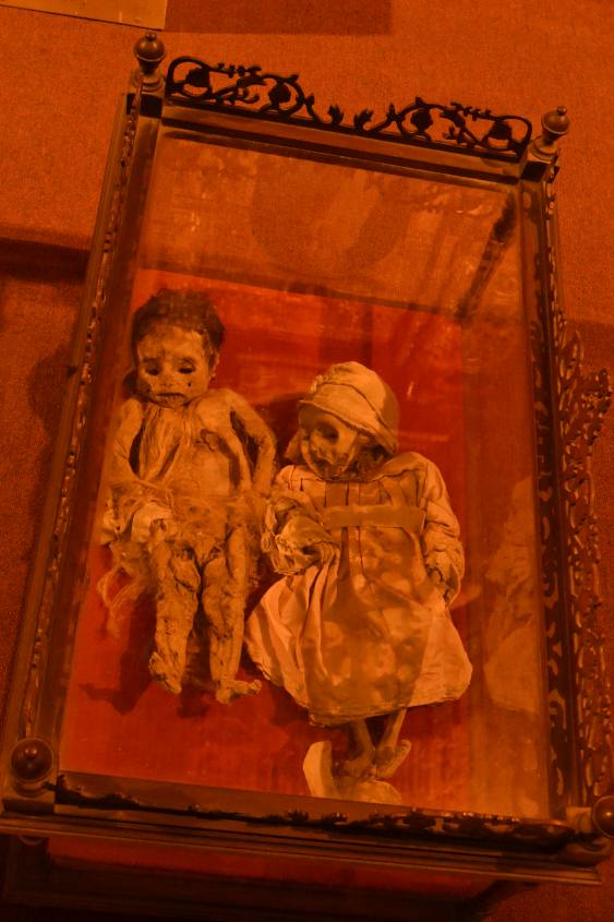 Mummie di due bambini all'interno del Museo di Potosì in Bolivia