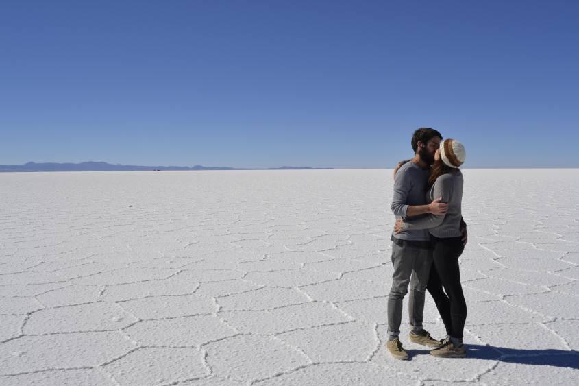 Foto con bacio al Salar di Uyuni in Bolivia