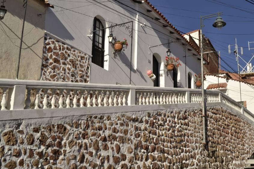 Vie e case di colore bianco nel centro di Sucre in Bolivia