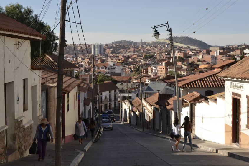Strade in discesa con vista sulla città di Sucre in Bolivia