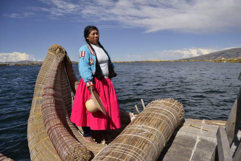 La Totora Boat degli Uros alle Islas Flotantes (Isole Galleggianti) nel Lago Titicaca in Perù