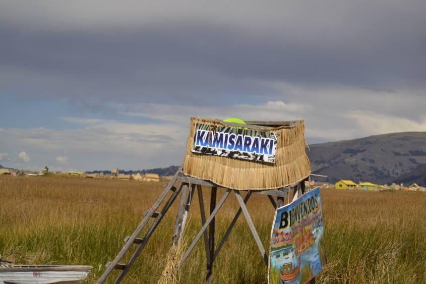 Cartello di benvenuto alle Islas Flotantes (Isole Galleggianti) nel Lago Titicaca in Perù