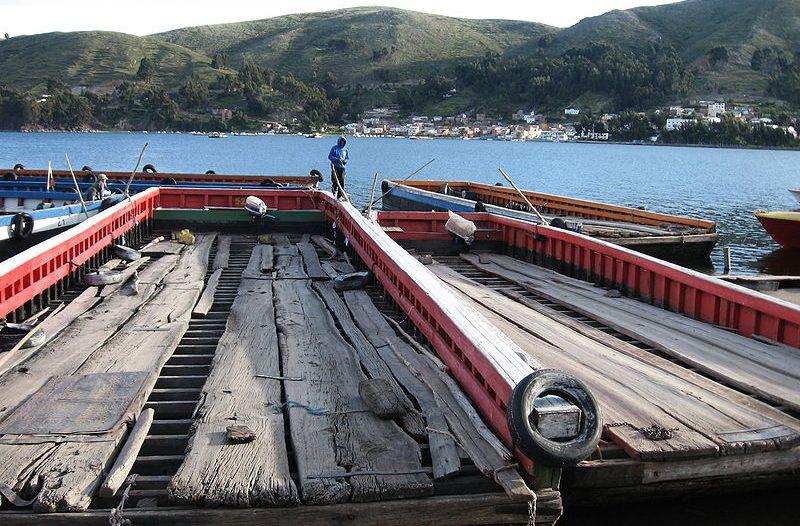 Barche per navigare oltre lo Stretto di Tiquina sul Lago Titicaca in Bolivia