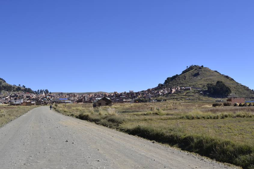 Strada che porta dal centro di Copacabana alle Isole Fluttuanti del Chani in Bolivia