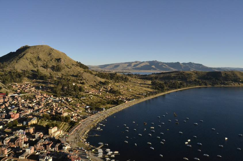 Vista panoramica sul golfo di Copacabana sul Lago Titicaca dal Cerro Calvario in Bolivia