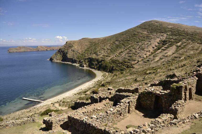 Paesaggi e vista sul Lago Titicaca lungo il percorso da nord a sud della Isla del Sol in Bolivia