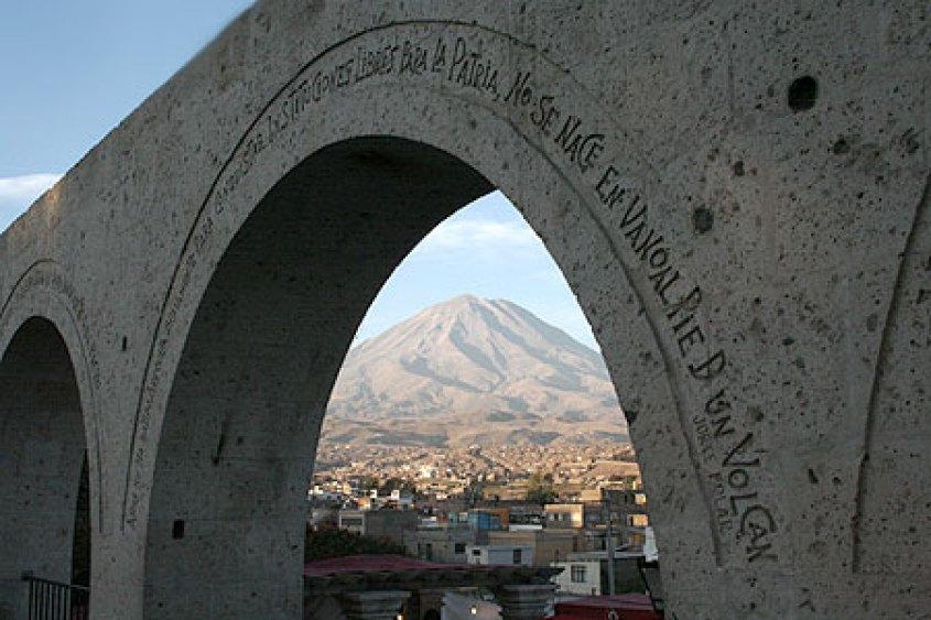 Arco al mirador Yanahuara sul vulcano Misti ad Arequipa