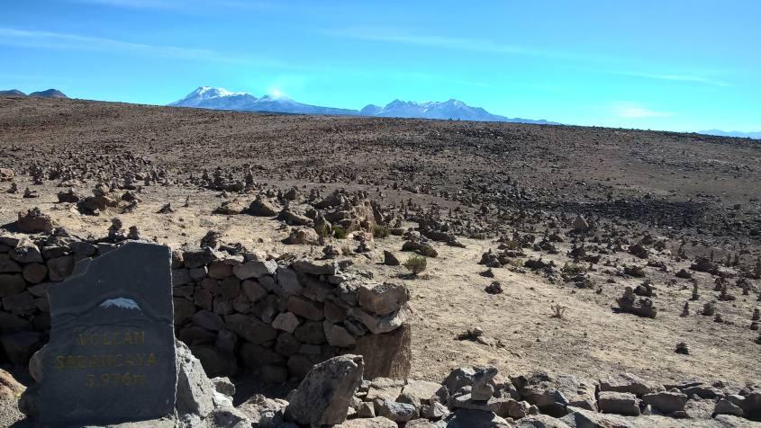 Vista sul vulcano Sabancaya nel tour al Canyon del Colca in Perù
