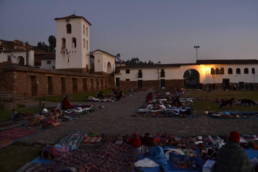 Mercatino nella pizz principale di Chinchero durante il tour al Valle Sagrado in Perù